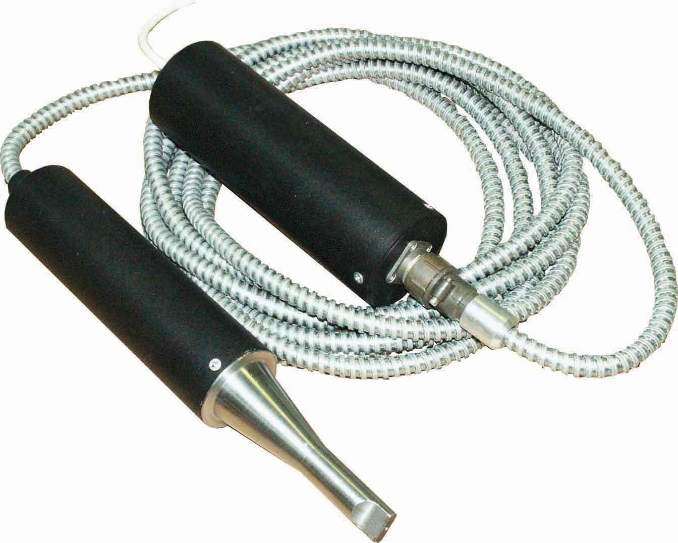 Ультразвуковая импульсная установка ИЛ-1МХ, генератор и преобразователь изготовлены в отдельных корпусах, соединительный кабель длиной 6 м в металлорукаве.